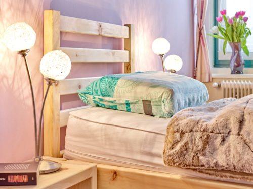schräg schlafen im Refluxbett aus Zirbenholz