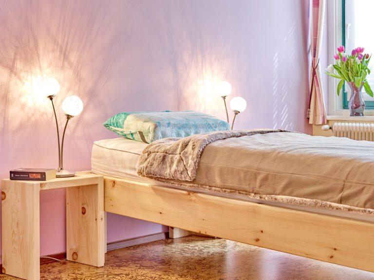 Schräg schlafen im Refluxbett Massivholz Zirbe